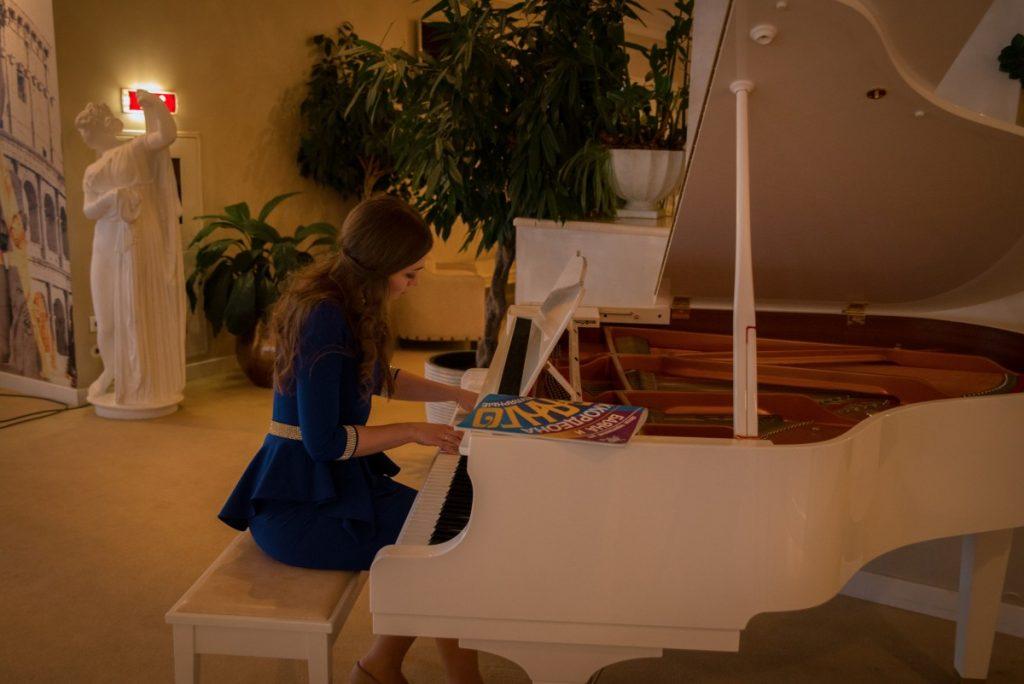 рояль в зале, белый рояль, ресторан