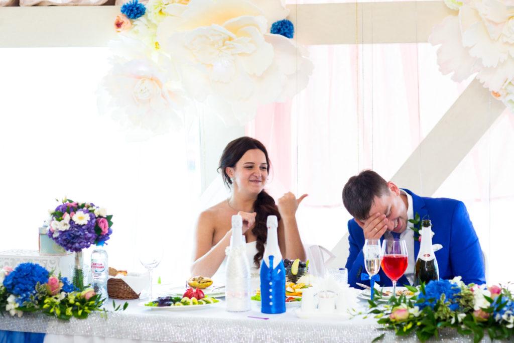 смех на свадьбе
