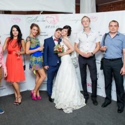 Жених и невеста на фоне пресвола