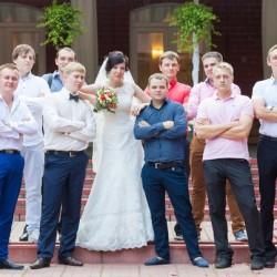 Невеста с друзьями жениха на свадьбе