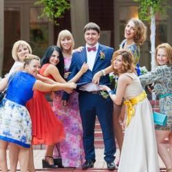 Жених с подружками невесты на свадьбе