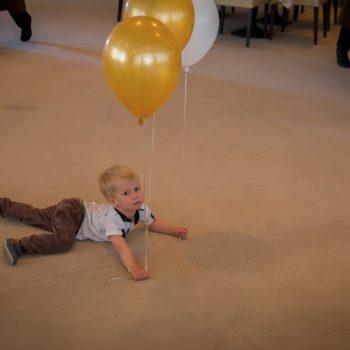 дети на полу, шарики, конкурсы для детей на свадьбе