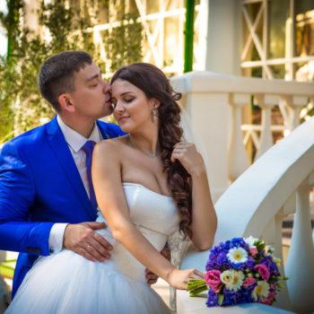 синий костюм, ведущая, букет невесты, молодожены на лестнице