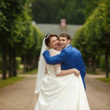 синий костюм жениха, счастливые молодожены, кусково прогулка