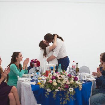поцелуй молодоженов